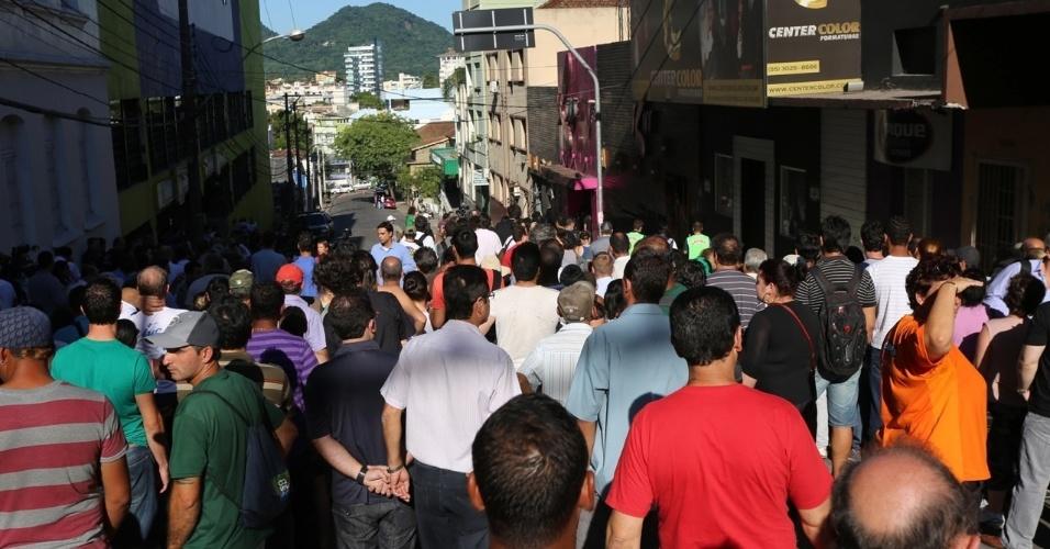 28.jan.2013 - Multidão observa a entrada da boate Kiss, em Santa Maria (RS), onde ocorreu o incêndio que vitimou mais de 230 pessoas
