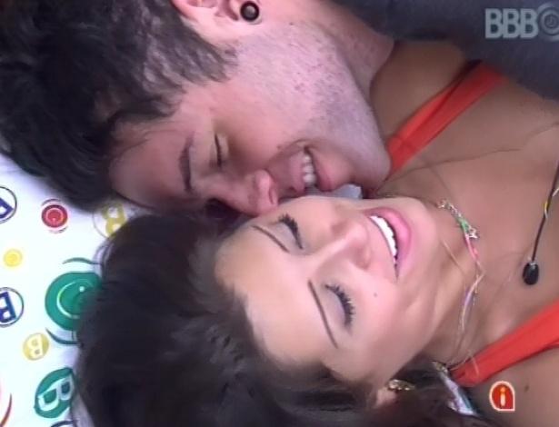 28.jan.2013 - Nasser e Andressa deitam juntos para dormir e trocam carinhos. Eles têm de dormir separados por causa de prova da comida