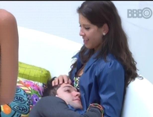 28.jan.2013 - Nasser recebe cafuné no colo de Andressa, logo ao acordar