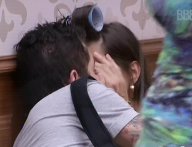 28.jan.2013 - Nasser rouba um selinho de Andressa, que protege a boca com a mão, para os outros brothers não verem