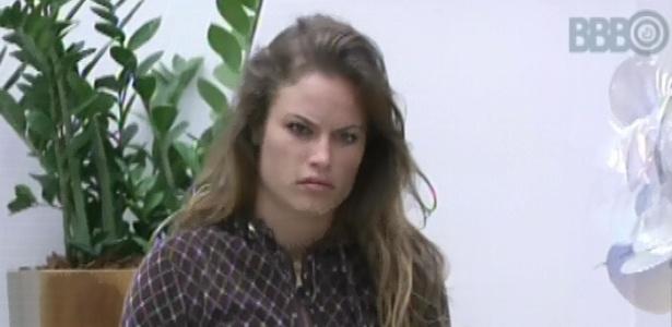 28.jan.2013 - Natália acorda e vai para sala do