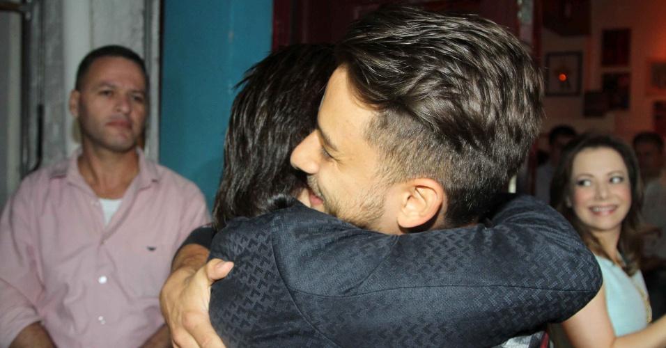 28.jan.2013 - O músico Junior Lima abraça o pai Xororó durante aniversário de 30 anos da irmã Sandy realizado em restaurante de São Paulo