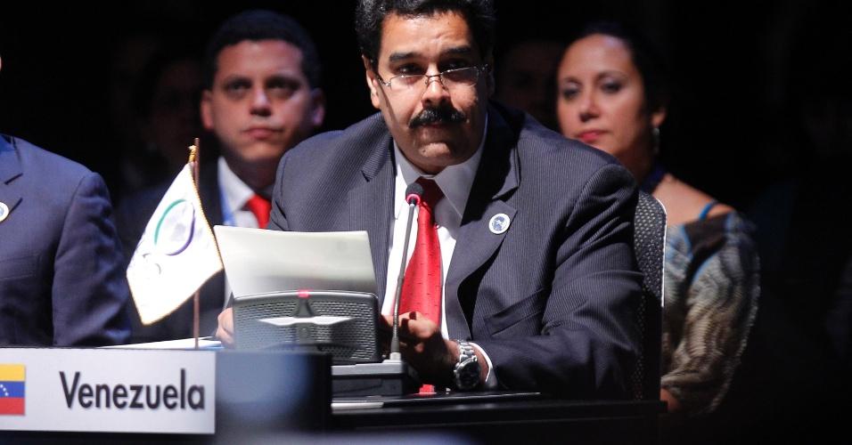 """28.jan.2013 - O vice-presidente venezuelano, Nicolás Maduro, lê uma carta do presidente Hugo Chávez durante cúpula da Celac (Comunidade dos Estados Latinoamericanos e Caribenhos), em Santiago, no Chile. Na carta, Chávez denunciou o """"vergonhoso bloqueio"""" de Cuba por parte dos Estados Unidos"""