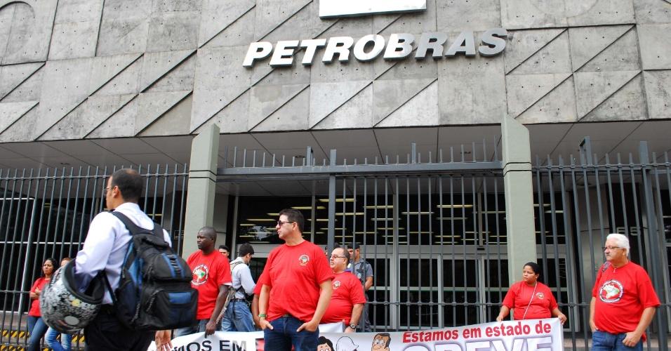 28.jan.2013 - Petroleiros realizam protesto em frente ao edifício sede da Petrobras, na avenida Chile, no centro do Rio de Janeiro (RJ), na manhã desta segunda-feira (28)