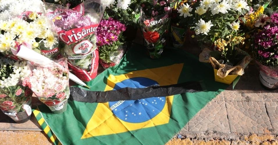 28.jan.2013 - População coloca flores na entrada da boate Kiss, em Santa Maria (RS), em homenagem às vítimas do incêndio que vitimou mais de 230 pessoas