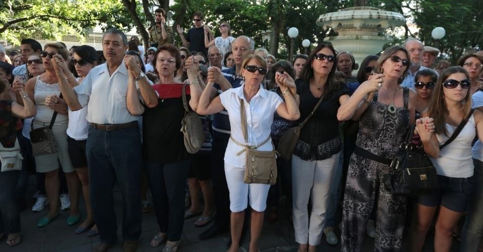 28.jan.2013 - População participa de ato ecumênico ao ar livre, em Santa Maria (RS), em homenagem às vítimas do incêndio na boate Kiss. Mais de 230 pessoas morreram na tragédia que chocou o país