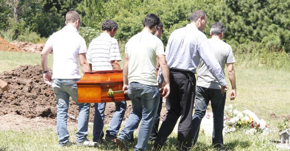 28.jan.2013 -  Sepultamento de vítima do incêndio na boate Kiss no Cemitério Municipal de Santa Maria, no Rio Grande do Sul. Mais de 230 pessoas morreram na tragédia