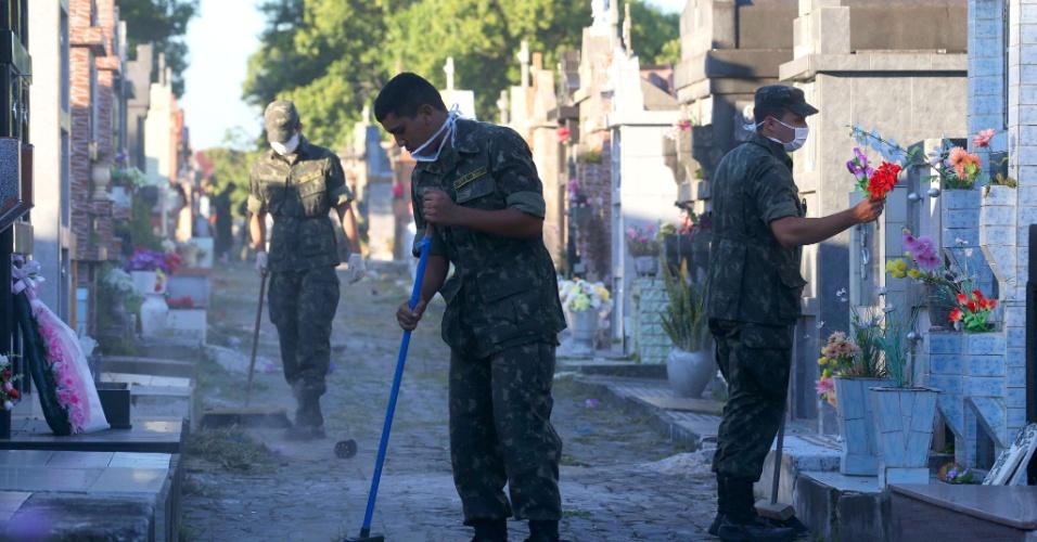 28.jan.2013 -  Soldados do Exército arrumam o local onde serão enterrados os corpos de parte das vítimas do incêndio em uma boate na cidade de Santa Maria (RS)