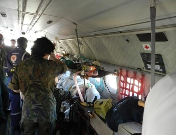 28.jan.2013 - Um avião  C-95BM Bandeirante da Força Aérea Brasileira decolou às 18h30 da Base Aérea do Galeão, no Rio de Janeiro, com equipamentos necessários para aumentar o número de leitos da UTI (Unidade de Terapia Intensiva) no hospital Conceição, em Porto Alegre, onde parte dos feridos do incêndio na boate Kiss estão sendo atendidos