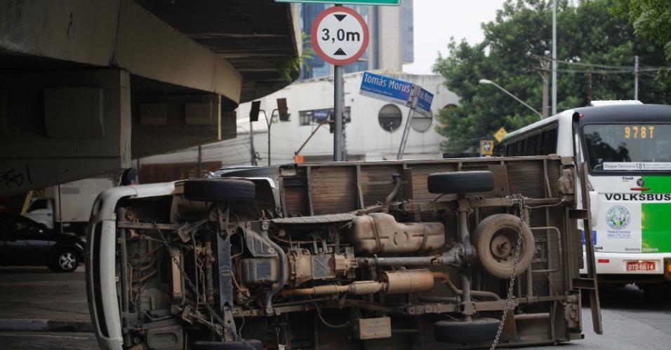 28.jan.2013 - Um caminhão tombou por volta das 6h da manhã desta segunda-feira (28) na avenida Antártica, abaixo do viaduto Antártica, zona oeste da capital. Uma faixa da via teve que ser interditada