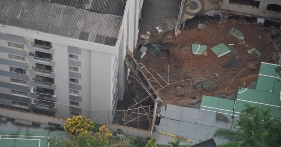 28.jan.2013 - Um muro sobre dois prédios desabou na tarde de domingo (27) na avenida Professor Cândido Holanda, região sul de Belo Horizonte. Os edifícios foram interditados devido ao risco de rompimento do muro de contenção de 15 metros de altura. A estrutura desabou depois que as 39 pessoas foram  retiradas de seus apartamentos