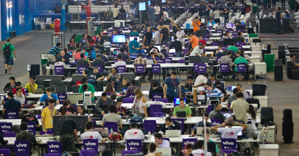 28.jan.2013 - Vista geral da arena da Campus Party, evento que reúne fãs de tecnologia em São Paulo de 28 de janeiro a 3 de fevereiro no Anhembi Parque. Cerca de 8.000 participantes compartilham uma conexão de internet de 30 Gbps (Gigabits por segundo); serão 500 horas de palestras e oficinas sobre temas ligados a tecnologia