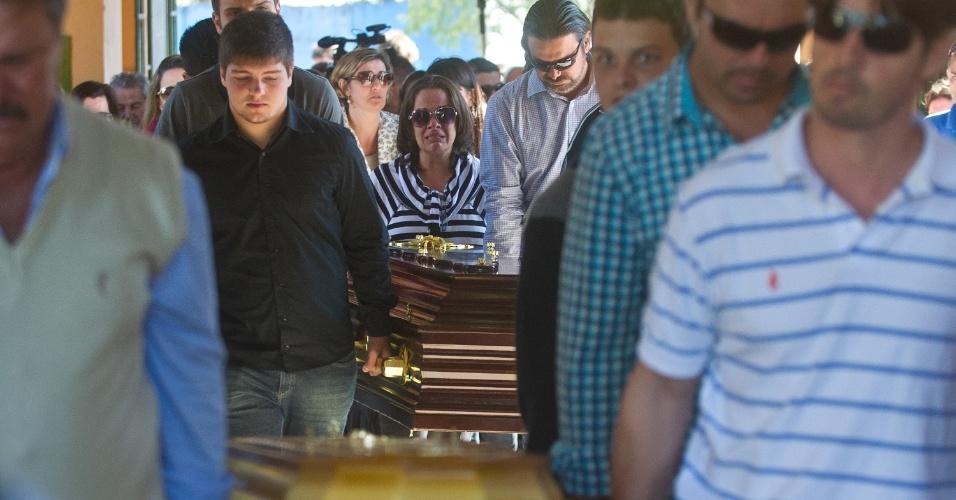 28.jan.2013 - Vítimas do incêndio na boate Kiss, em Santa Maria (RS), são enterradas no cemitério municipal, nesta segunda-feira (28)