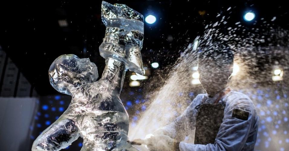 28.jan.2013 - Xiao Jun Li, da China, retoca escultura de gelo durante a final do campeonato mundial de pastelaria, evento paralelo realizado durante feira internacional da indústria da gastrononia, hotéis e restaurantes, realizada na cidade france de Chassieu