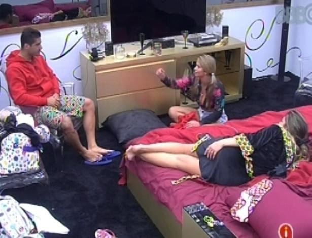 28.jan.2013 - Yuri, Anamara e Fani conversam no quarto do líder sobre relacionamentos