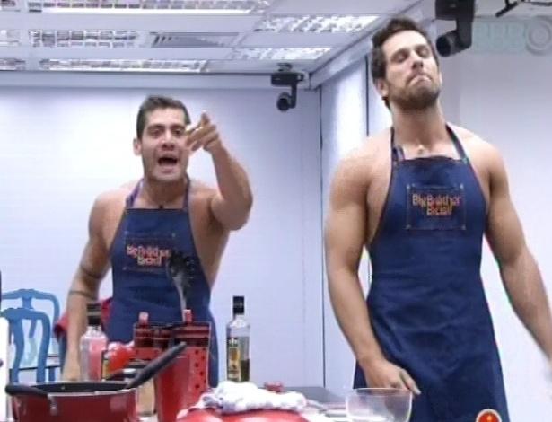 28.jan.2013 - Yuri e Eliéser inventam música para lavar a louça com mais diversão