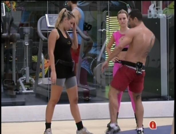 28.jan.2013 - Yuri ensina golpes de muay thai para Fernanda e