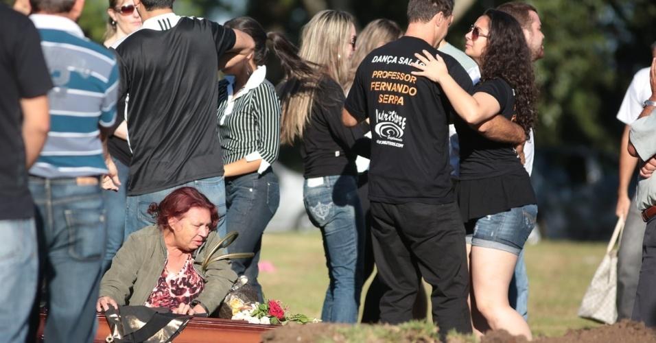 28.jan.2013- Amigos de Tanise Lopes Cielo, uma das vítimas do incêndio em uma boate em Santa Maria (RS), dançam durante o enterro da jovem no cemitério municipal da cidade. Eles fazem parte de um grupo de dança de salão e dançaram em homenagem à amiga