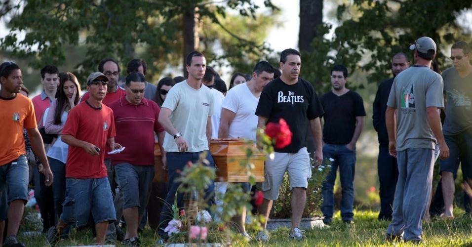 28.jan.2013- Amigos e parentes carregam caixão de uma das vítimas do incêndio na boate Kiss, em Santa Maria (RS), no cemitério municipal da cidade