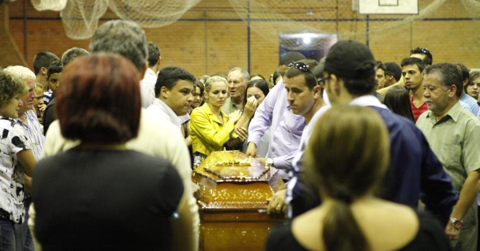 28.jan.2013- Cinco vítimas do incêndio na boate Kiss, em Santa Maria (RS), eram moradoras do município de Itaara, também no Rio Grande do Sul. Os corpos das vítimas foram veladas no Ginásio Municipal da cidade, na noite de domingo, por cerca de 300 pessoas