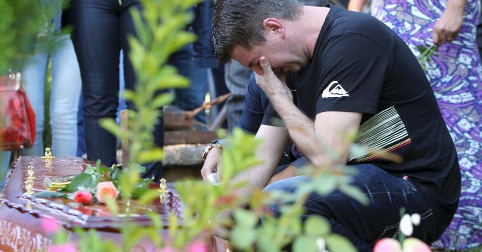 28.jan.2013- Cladimir Kalegari, pai de Mariana Kalegari, uma das vítimas do incêndio da boate Kiss, em Santa Maria (RS), chora durante o enterro da filha no cemitério municipal da cidade