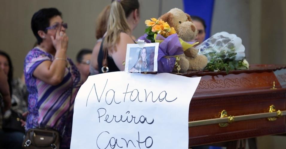 28.jan.2013- Corpo da jovem Natana Pereira Canto, uma das vítimas do incêndio da boate Kiss, em Santa Maria (RS), é velada no ginásio do Centro Desportivo Municipal da cidade