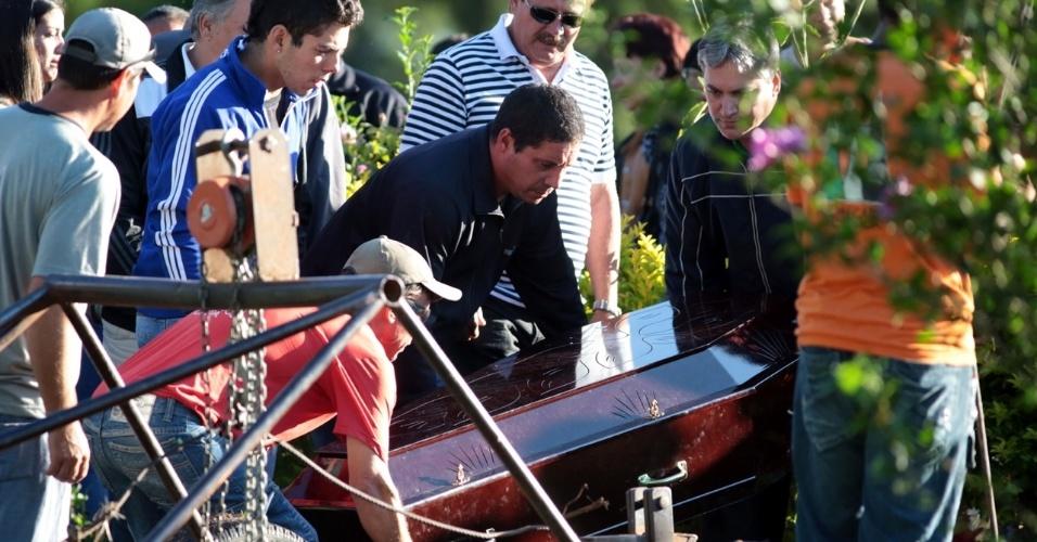 28.jan.2013- Corpo de vítima do incêndio na boate Kiss, em Santa Maria (RS), é enterrado no cemitério municipal da cidade