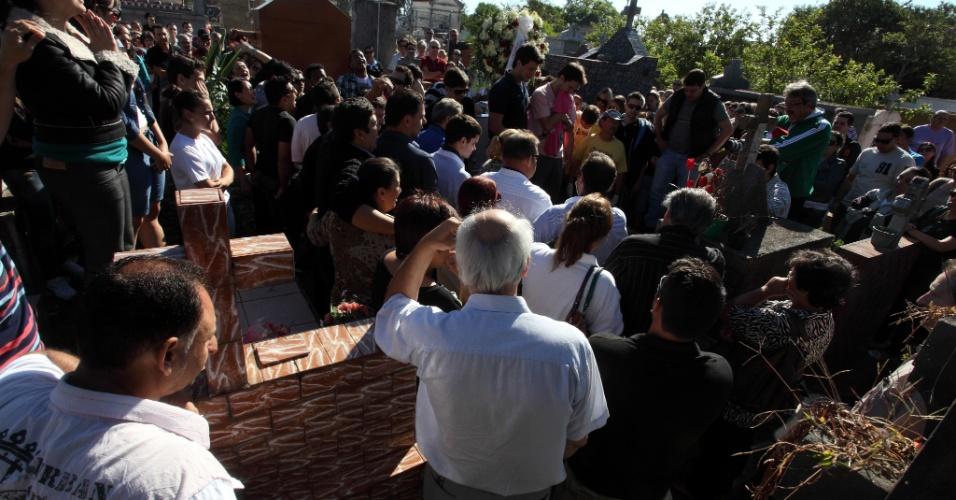 28.jan.2013- Enterro de uma das vítimas do incêndio em uma boate em Santa Maria (RS), no cemitério municipal da cidade