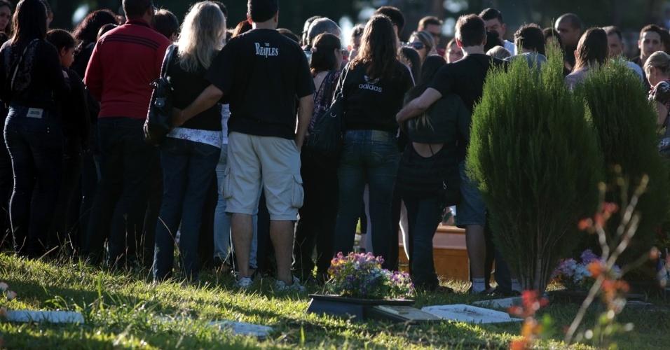 28.jan.2013- Enterro de uma das vítimas do incêndio na boate Kiss, em Santa Maria (RS), no cemitério municipal da cidade