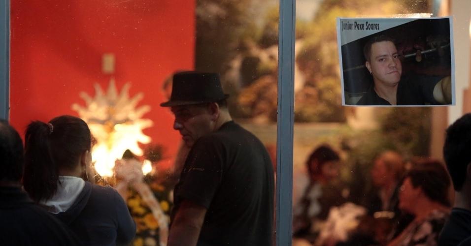 28.jan.2013- Familiares e amigos velam corpo de vítima do incêndio na boate Kiss, em Santa Maria (RS)