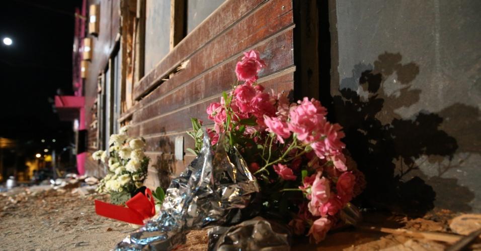 28.jan.2013- Flores são deixadas na porta da boate Kiss, no centro de Santa Maria (RS), onde um incêndio na madrugada de domingo provocou a morte de mais de 230 pessoas, a maioria estudantes