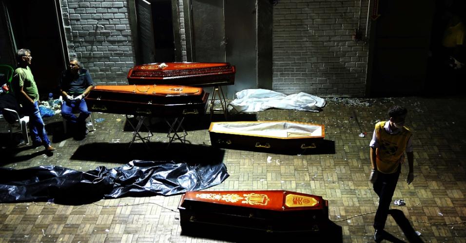 28.jan.2013- Foto tirada na tarde de domingo (27) mostra caixões com os corpos das vítimas do incêndio na boate Kiss, em Santa Maria (RS), esperando o reconhecimento de familiares no ginásio do Centro Desportivo Municipal