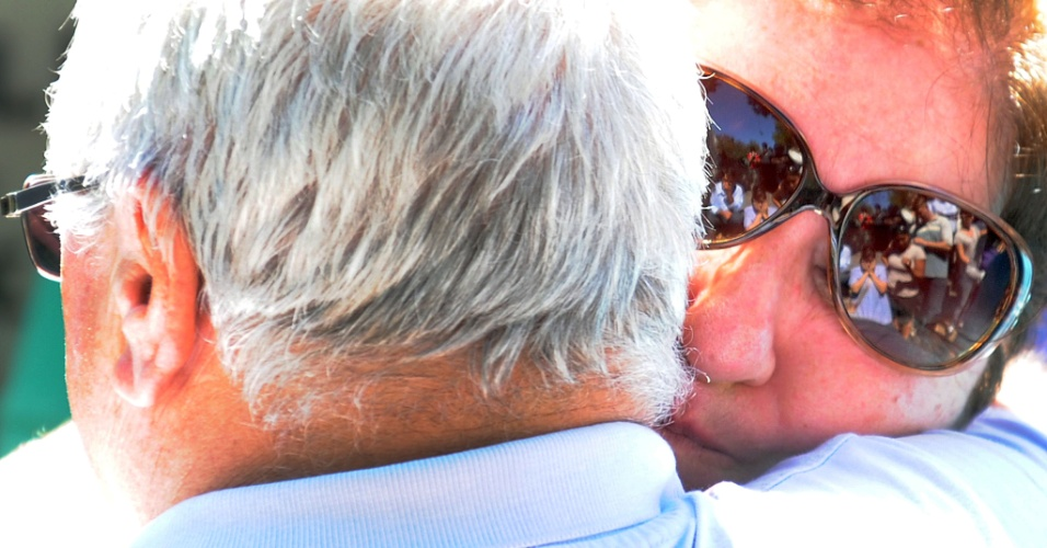 28.jan.2013- Parentes choram durante enterro de uma das vítimas do incêndio em uma boate em Santa Maria (RS), no cemitério municipal da cidade