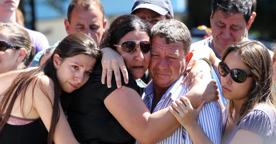28.jan.2013- Parentes choram no enterro de Carlos Alexandre Machado, em Santa Maria (RS).Ele foi uma das vítimas do incêndio em uma boate da cidade na madrugada de domingo (27)