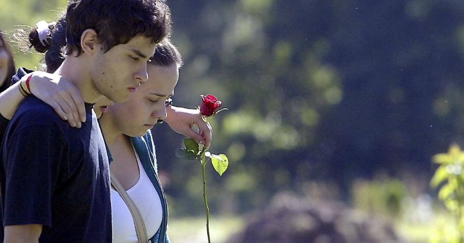 28.jan.2013- Parentes de uma das vítimas do incêndio em boate deixam o cemitério municipal de Santa Maria (RS) após enterro
