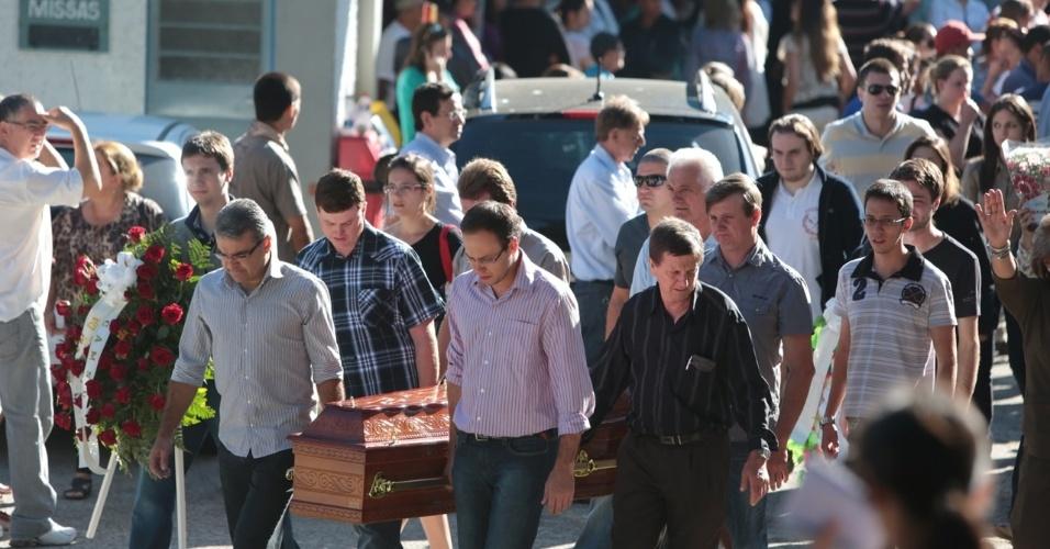28.jan.2013- Parentes e amigos carregam caixão de uma das vítimas do incêndio na boate Kiss, em Santa Maria (RS), no cemitério municipal da cidade