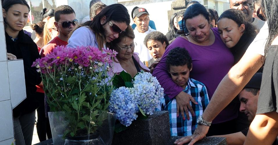 28.jan.2013- Parentes e amigos de vítimas do incêndio na boate Kiss acompanham enterro no cemitério municipal