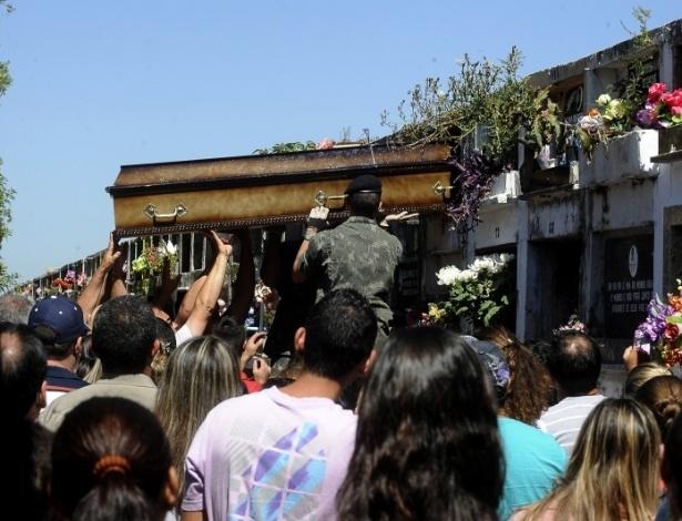 28.jan.2013- Parentes e amigos de vítimas do incêndio na boate Kiss, em Santa Maria (RS), acompanham enterro no cemitério municipal