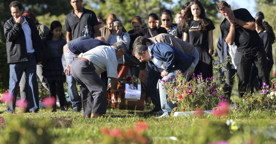 28.jan.2013- Enterro de Tanise Lopes Cielo, uma das vítimas do incêndio em uma boate em Santa Maria (RS), no cemitério municipal da cidade