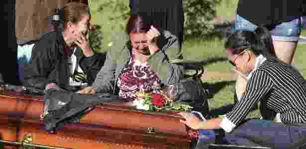 Parentes e amigos choram no enterro de Tanise Lopes Cielo - Jefferson Bernardes/AFP