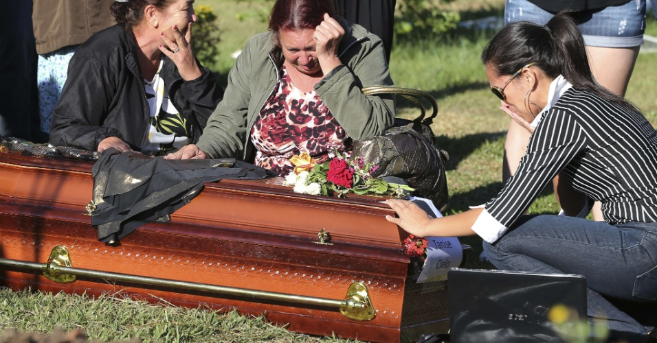 28.jan.2013- Parentes e amigos choram no enterro de Tanise Lopes Cielo, uma das vítimas do incêndio em uma boate em Santa Maria (RS), no cemitério municipal da cidade