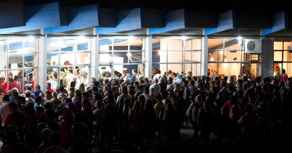 28.jan.2013-  Parentes e amigos lotam o Velório coletivo das vítimas do incêndio na boate Kiss, em Santa Maria (RS), na quadra do Centro Desportivo Municipal