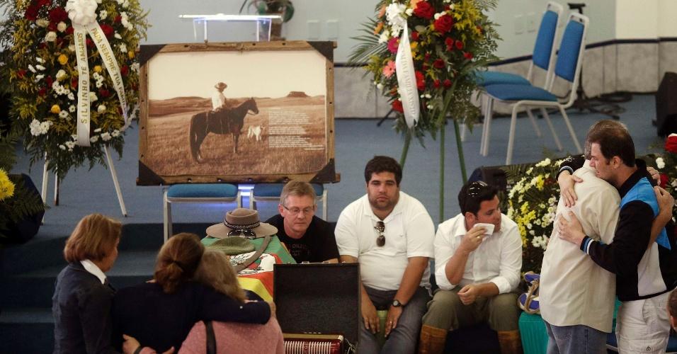 28.jan.2013- Parentes e amigos no velório de Silvio Beurer Junior, uma das vítimas do incêndio da boate Kiss, em Santa Maria (RS)