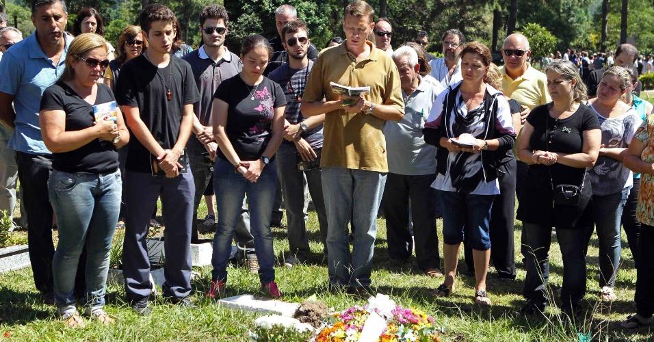 28.jan.2013- Parentes e amigos oram no enterro de Luiz Eduardo Flores, uma das vítimas do incêndio em uma boate em Santa Maria (RS), no cemitério municipal da cidade