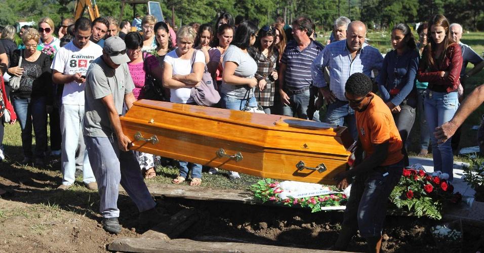 28.jan.2013- Parentes enterram o corpo da jovem Evelin Costa Lopes, uma das vítimas do incêndio da boate Kiss, em Santa Maria (RS), no cemitério municipal da cidade