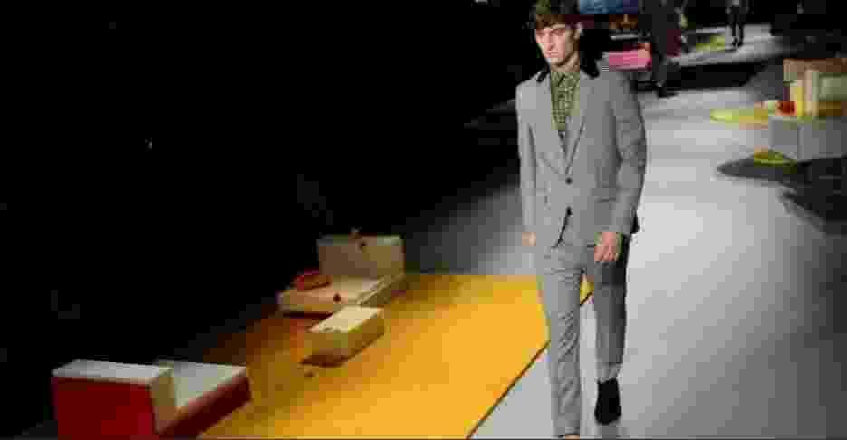 A Prada fez uma coleção inspirada nos anos 1970 e na arquitetura de Rem Koolhaas. Foi uma das marcas que apostaram na substituição do terno liso pelo com padronagem, no caso o xadrez príncipe-de-gales - AFP