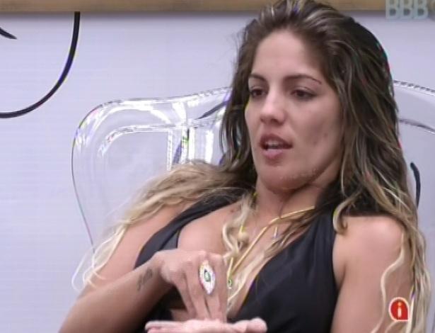 Anamara esclarece mal-entendido com Marien no quarto do líder