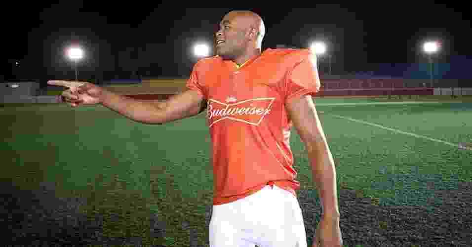 Anderson Silva se transforma em jogador de futebol americano para ação publicitária da cerveja Budweiser - Divulgação/Budweiser