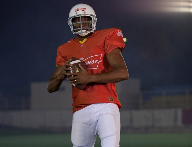 Anderson Silva se transforma em jogador de futebol americano para ação publicitária da cerveja Budweiser