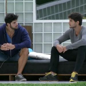 André e Marcello conversam na área externa